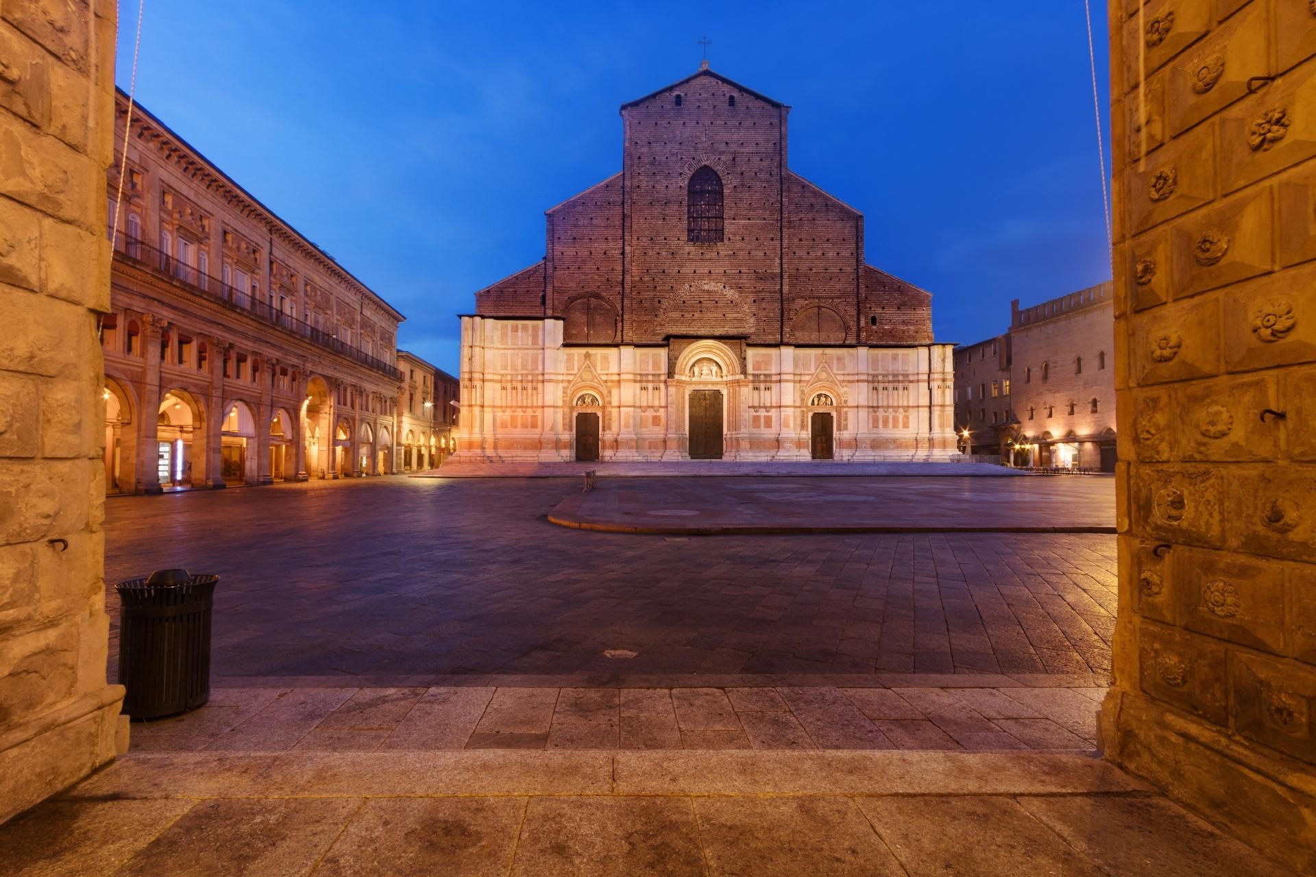 マッジョーレ広場から見る夕暮れのサン・ペトロニオ大聖堂