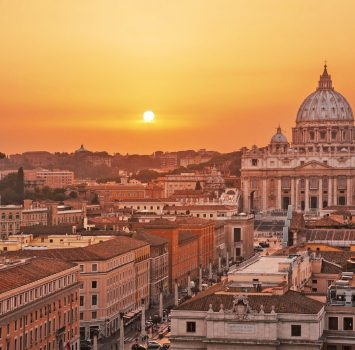 夕暮れのサン・ピエトロ大聖堂とバチカン市国