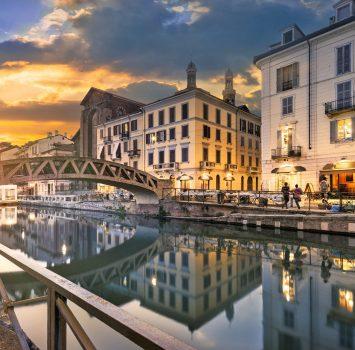 ナヴィリオ・グランデに架かる橋とミラノの夕暮れの風景