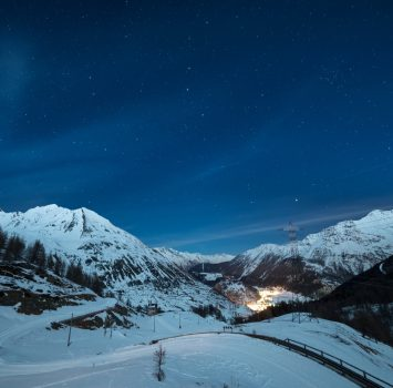 夜のラ・トゥイール ヴァッレ・ダオスタ州 イタリアの風景