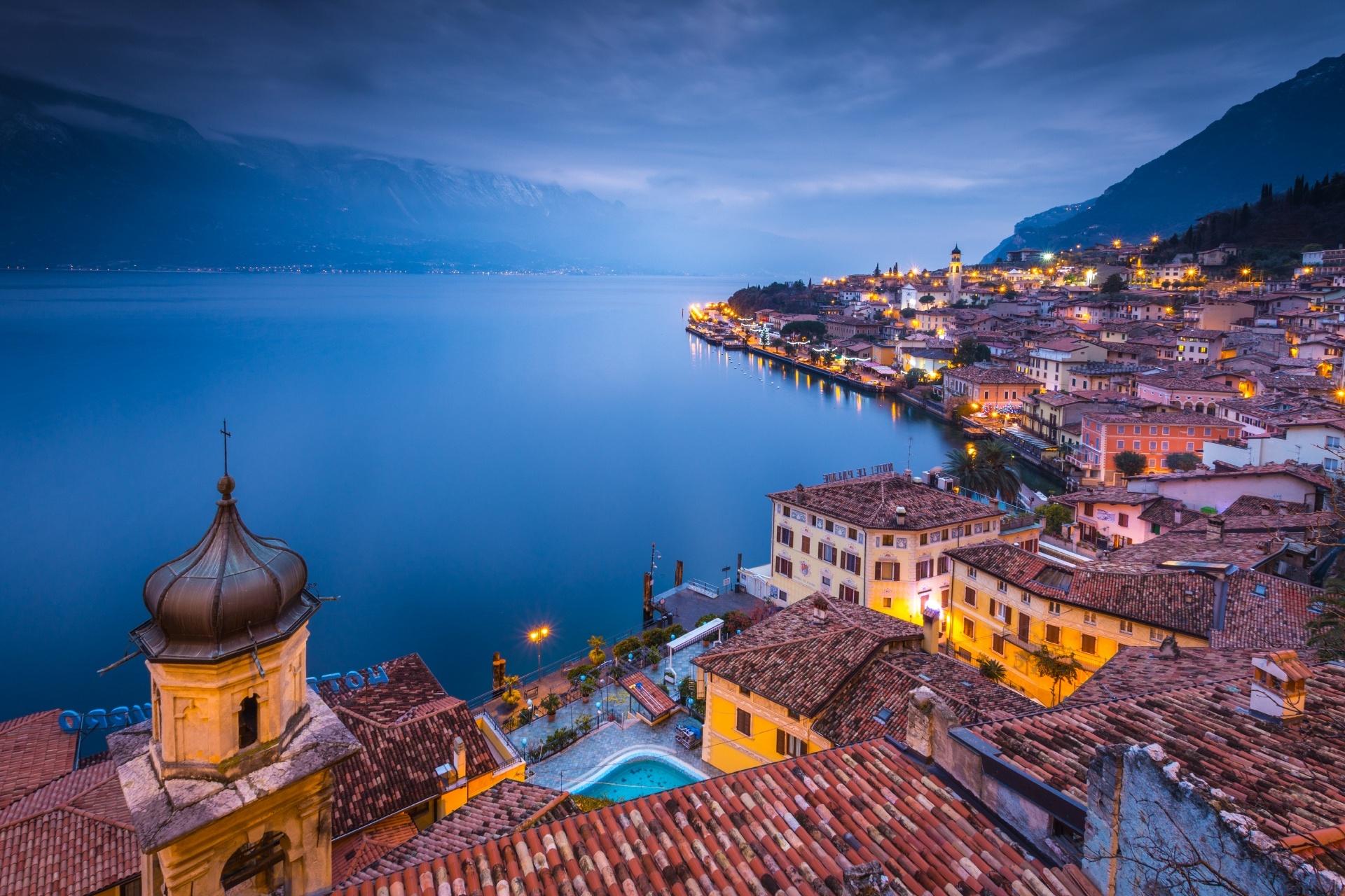 リモーネ・スル・ガルダの町並みとガルダ湖 イタリアの風景