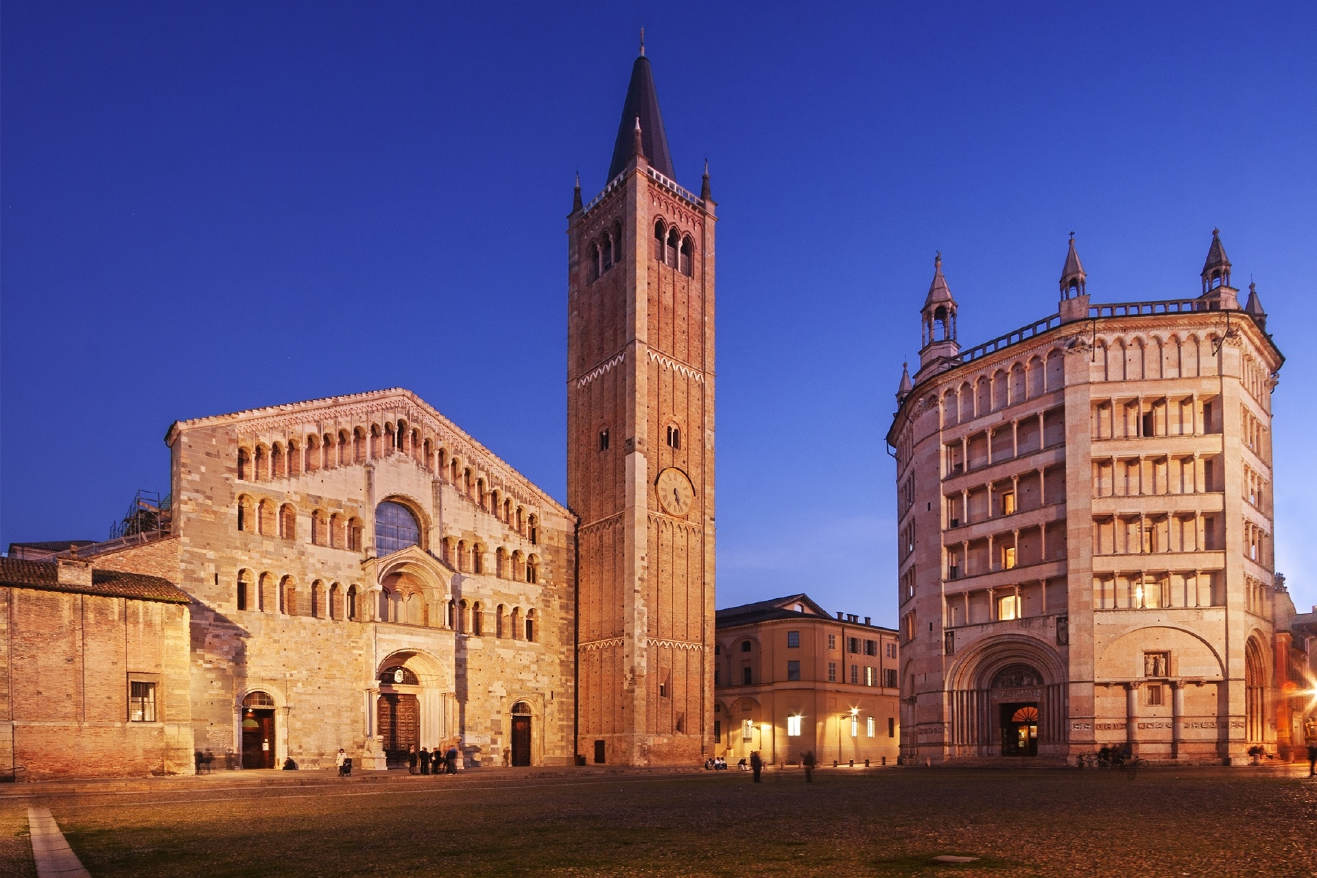 夕暮れのパルマ大聖堂と洗礼堂 イタリアの風景