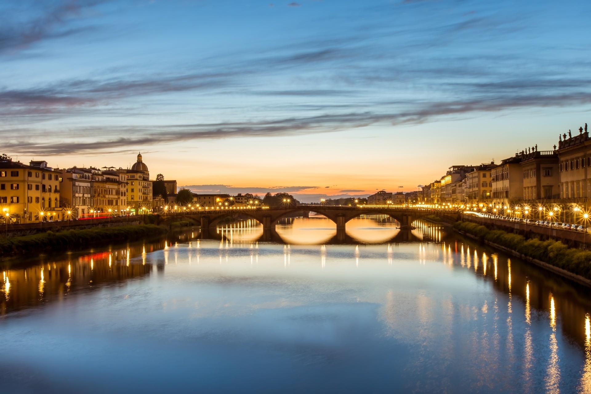 夕暮れのフィレンツェ サンタ・トリニタ橋とアルノ川 イタリアの風景