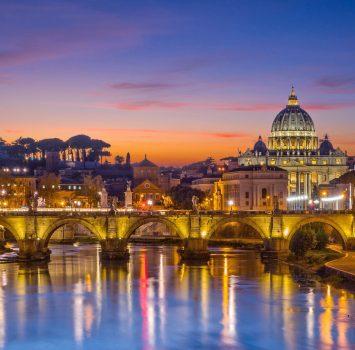 ウンベルト1世橋から見るサン・ピエトロ大聖堂と夕暮れのローマの町 イタリアの風景