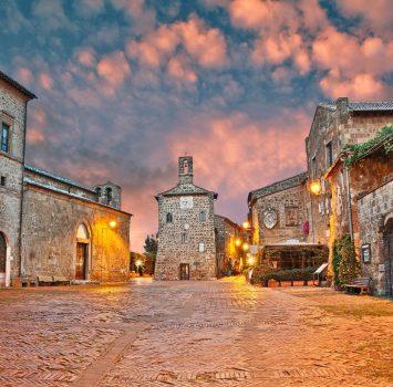 中世の古い町ソヴァナの夕暮れの広場の風景 イタリアの風景