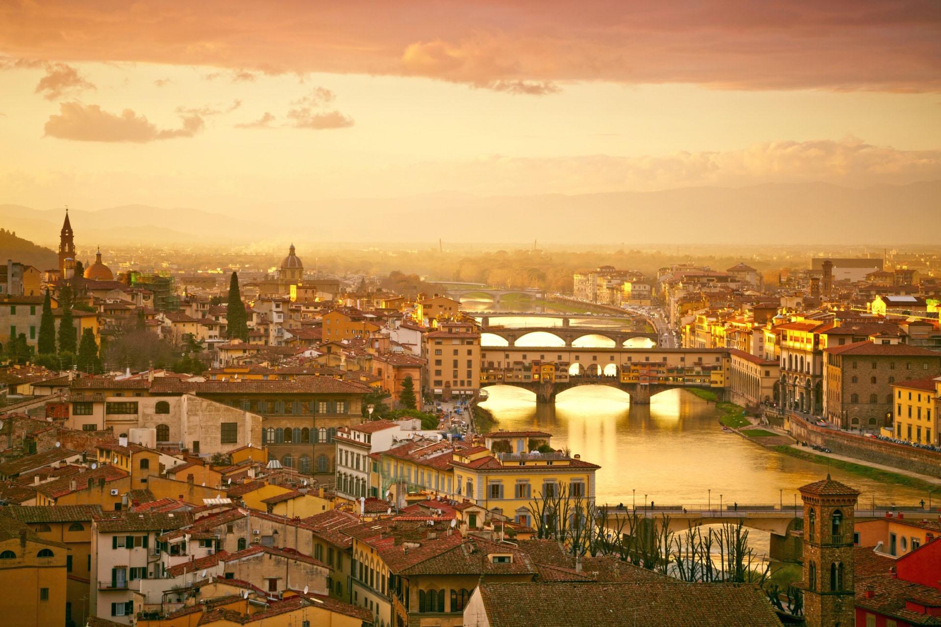フィレンツェ ポンテ・ヴェッキオ(Ponte Vecchio)の夕暮れの眺め