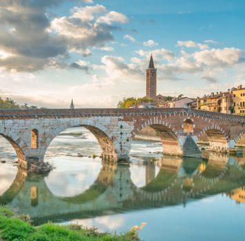 ピエトラ橋とアディジェ川 ヴェローナの街並み イタリアの風景