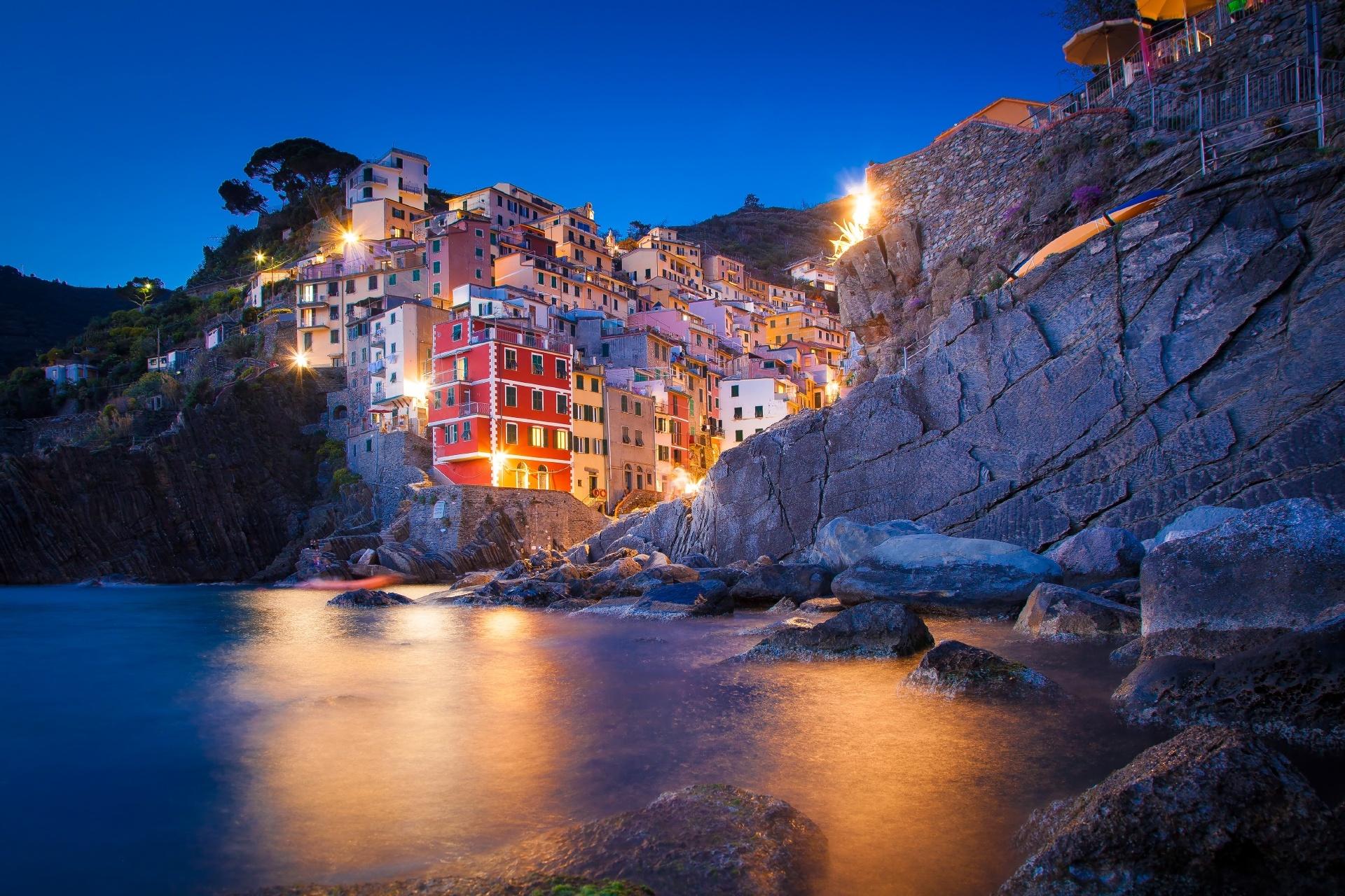 夜のチンクエ・テッレとリオマッジョーレの風景