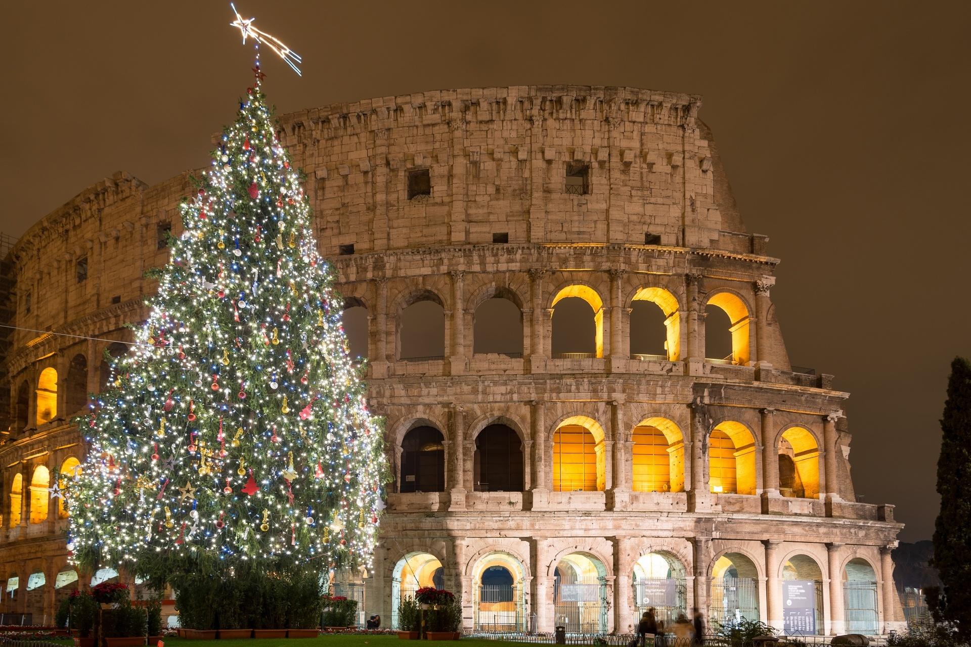 クリスマス時期のローマの世界遺産コロッセオ イタリアの風景