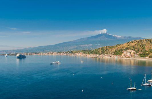 タオルミーナから見るエトナ山とシチリア沿岸の風景 イタリアの風景