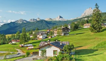 コルティーナ・ダンペッツォの牧草地と農家のある風景 イタリアの風景