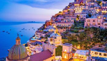 夏の夕暮れ ポジターノの町と海辺の眺め アマルフィ海岸 イタリアの風景